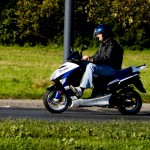Skuter w porównaniu do motoroweru, czy motocykla prowadzi się dużo łatwiej.