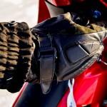 Rękawice motocyklowe warto przymierzyć przed zakupem, aby nie okazały się za duże, albo nie utrudniały dokonywania podstawowych czynności.