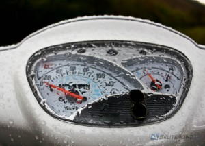 Podczas deszczu oznakowanie poziome często jest śliskie niczym lód. Niestety nie wszystkie linie są wykonywane w nowej technologii