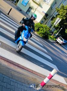 Jazda skuterem po przejściu dla pieszych stanowi naruszenie przepisów ruchu i zagraża nie tylko pieszym, ale i nam samym.
