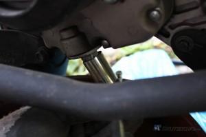 Śruba spustowa oleju w skuterze zlokalizowana jest po prawej stronie dolnej części bloku silnika