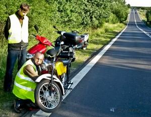 W czasie konieczności dokonania naprawy pojazdu bądź wykonywania innych czynności w obrębie pasa ruchu warto być widocznym dla innych uczestników w ruchu drogowym.