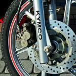 Kymco Nexxon to duże koła i wydajne hamulce.