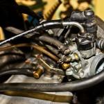 Silnik Dwusuwowy: Mieszanka z gaźnika jest zasysana podczas pierwszego suwu.