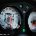 Prędkościomierz jest wyskalowany do 220 km/h...