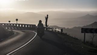 Dlaczego kierowcy samochodów nie widzą motocyklistów? Jak zminimalizować ryzyko?