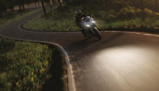 Jazda na światłach długich motocyklem a przepisy. Czy to faktycznie poprawia bezpieczeństwo?