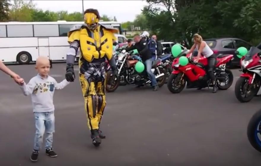 Motocykliści kupili ciężko choremu chłopcu replikę BMW S1000RR – zobacz wideo