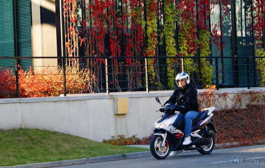 Jazda skuterem lub motocyklem po mieście: Technika jazdy