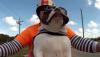 Lewa w górę: Pies pozdrawia motocyklistów – zobacz wideo