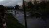 Skuterem po zalanej ulicy - wideo