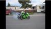 Drogowy artysta pali gumę Kawasaki - zobacz wideo