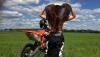 Offroad: Dziewczyna na motocyklu KTM i jazda w terenie
