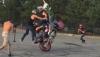 Cyrkiel na motocyklu - trudny trick wykonywany w 4 osoby