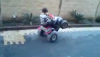Niesamowite sztuczki małego chłopca na elektrycznym quadzie