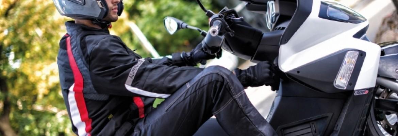 Jazda motocyklem i skuterem bez rękawiczek: Czym to grozi?