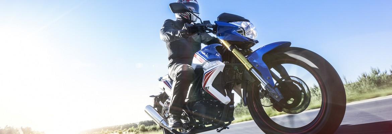 Jazda motocyklem ze słuchawkami. Tak czy nie?
