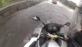 Motocyklowa amfibia, czyli jak Kawasaki ER-6F pokonuje przeszkody wodne