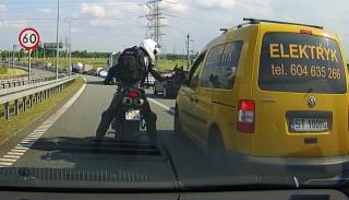 Jazda na suwak: Motocyklista upomina drogowych szeryfów