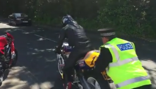 Dobry policjant pomaga uruchomić motocykl