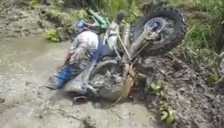 Jeździsz motocyklem w terenie? Nie ufaj swoim kolegom