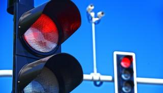 """Mandat za """"czerwone światło"""". Grzywna to najmniejszy problem. Dlaczego nie warto ignorować sygnalizacji"""