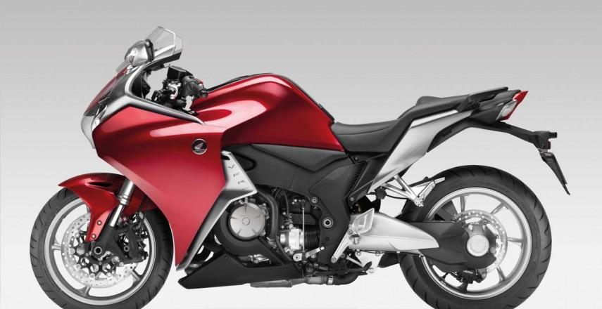 Wał kardana, pasek czy łańcuch? Jaki napęd lepiej sprawdzi się w motocyklu?