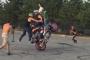 Cyrkiel na motocyklu – trudny trick wykonywany w 4 osoby