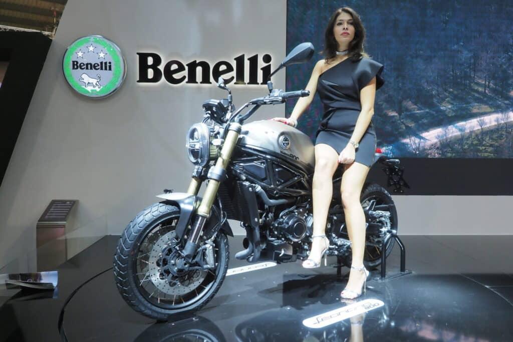Benelli Leoncino 800 EICMA 2019 targi hostessa