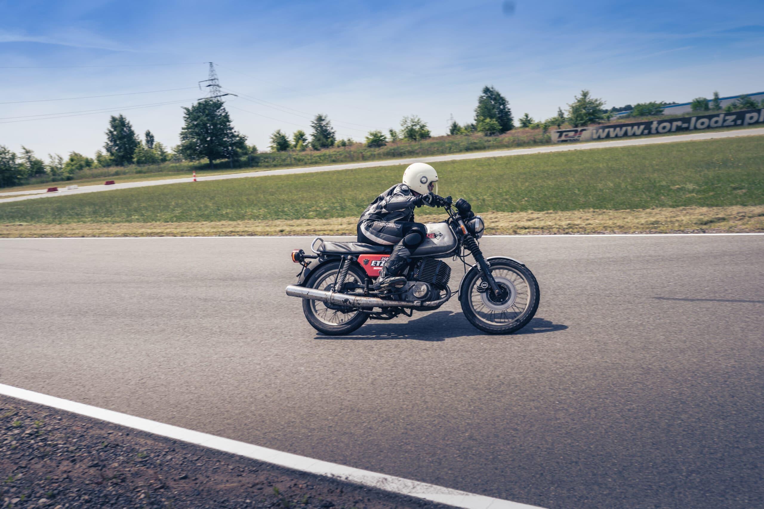 MZ ETZ 250 na torze. Wyzwanie Motul. Klasyczne motocykle