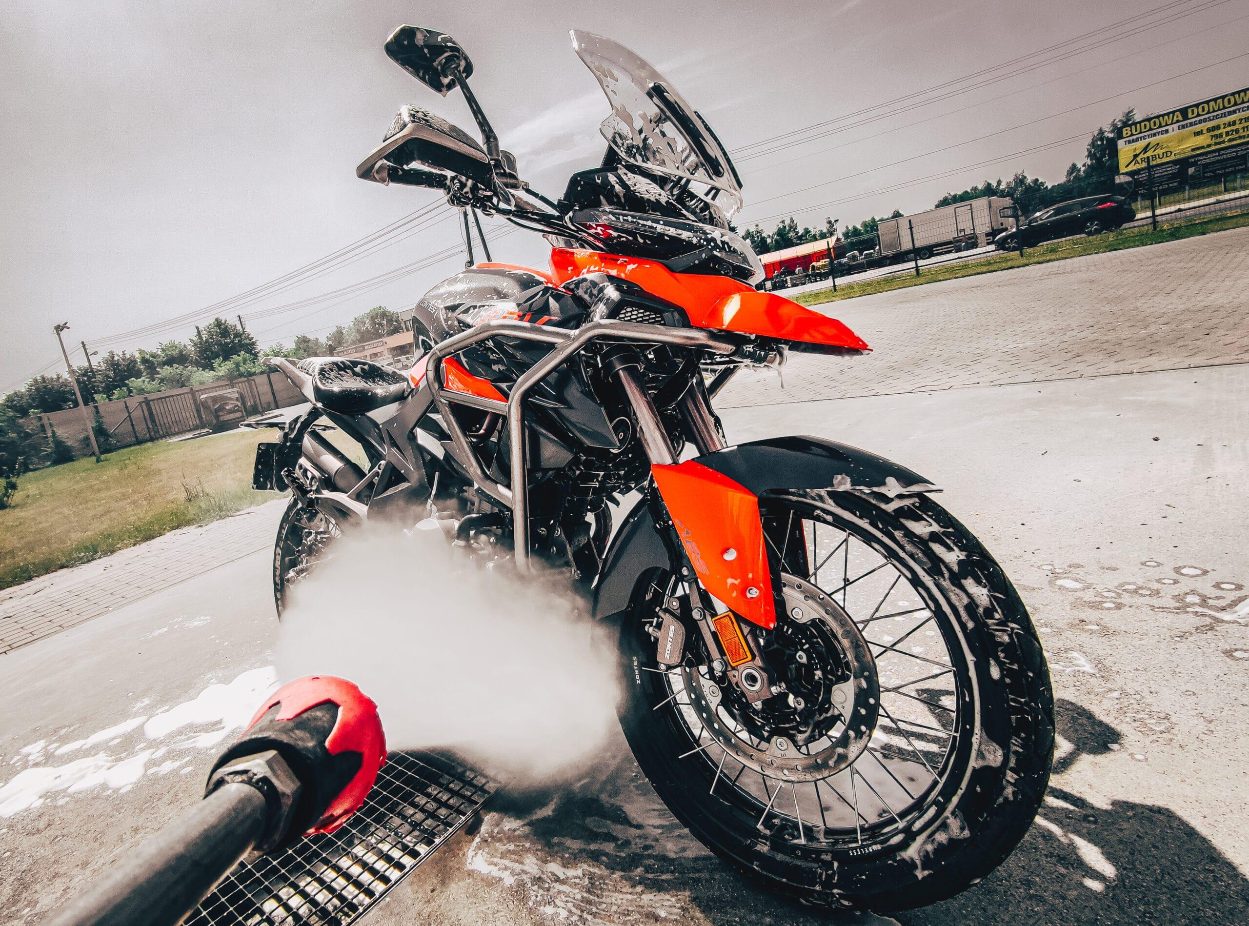 Jak myć motocykl? Czy można myjką czy należy ręcznie?