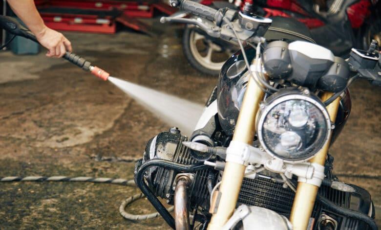Mycie motocykla na własnym podwórku. Czy grozi za to mandat?